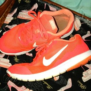 🌺 3 for $25. Nike sneakers
